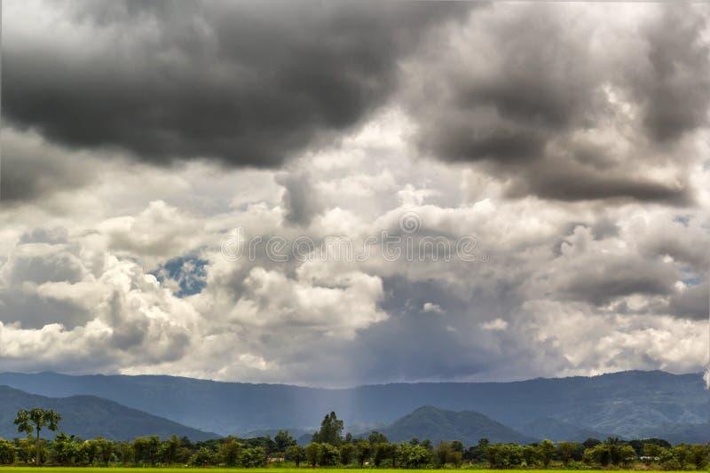 Mörk molnig och bergbakgrund royaltyfri bild