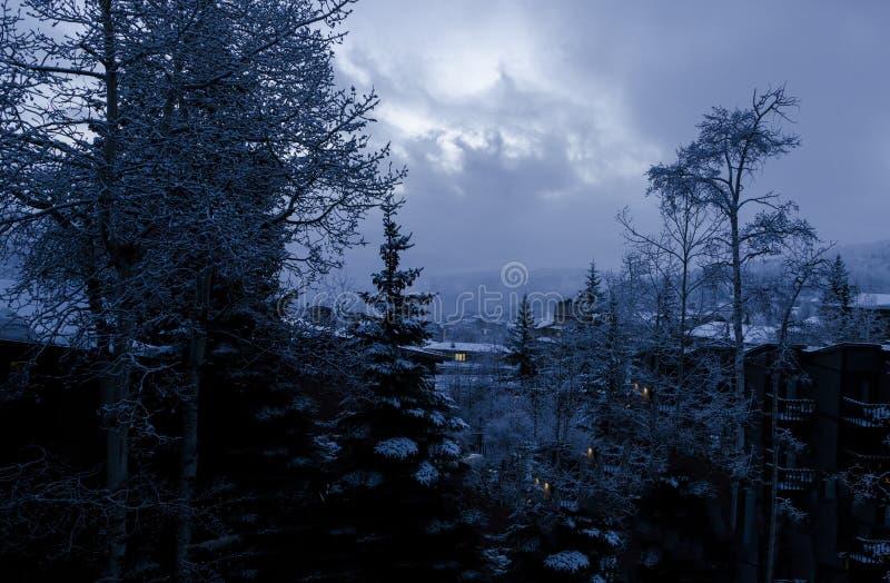 Mörk mystikermorgon i den Snowmass byn Colorado royaltyfria bilder