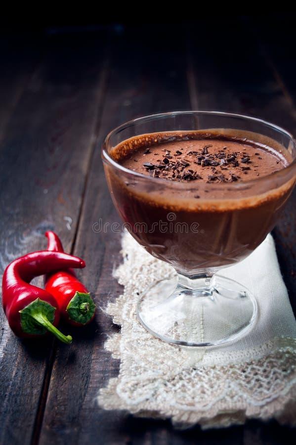 Mörk och delikat chokladmousse med chilipeppar fotografering för bildbyråer