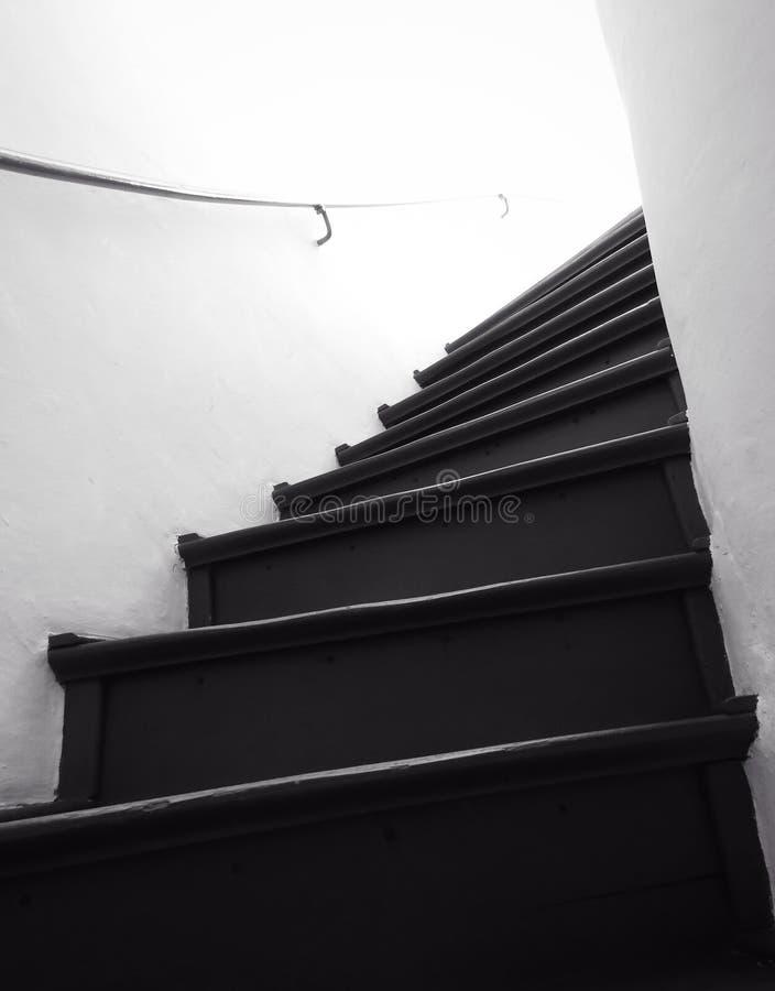 Mörk och gammal trappuppgång royaltyfria bilder