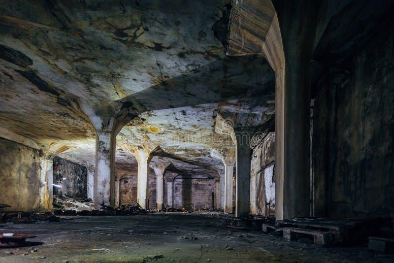Mörk och kuslig inre av den underjordiska industriella korridoren på den övergav fabriken fotografering för bildbyråer