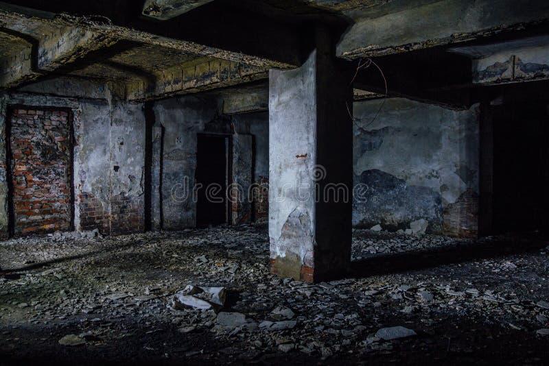 Mörk och kuslig smutsig övergiven underjordisk källare royaltyfri foto