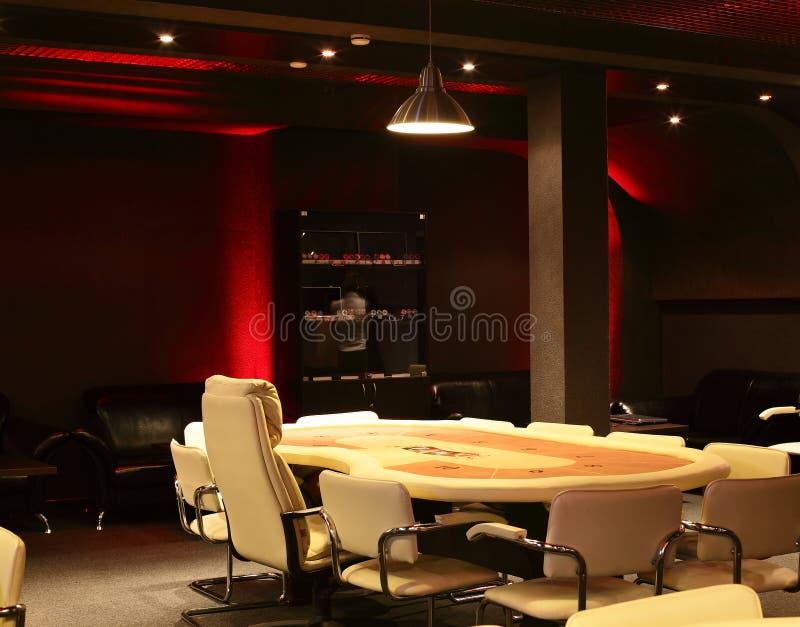Mörk och trendig kasino med tabeller fotografering för bildbyråer