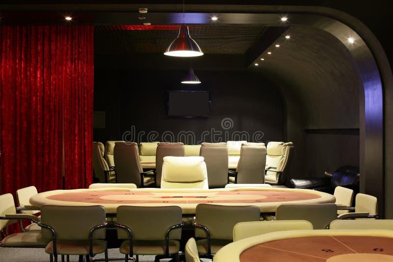 Mörk och trendig kasino med tabeller royaltyfria bilder