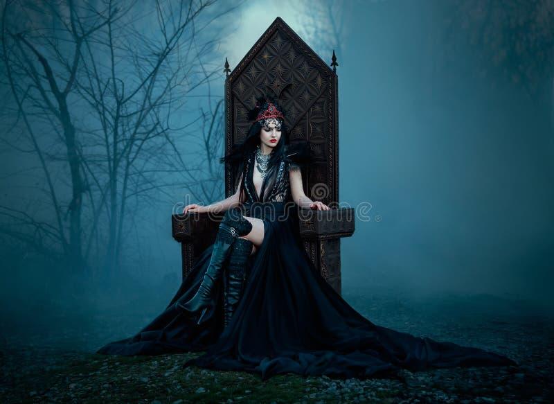 Mörk ond drottning royaltyfria bilder