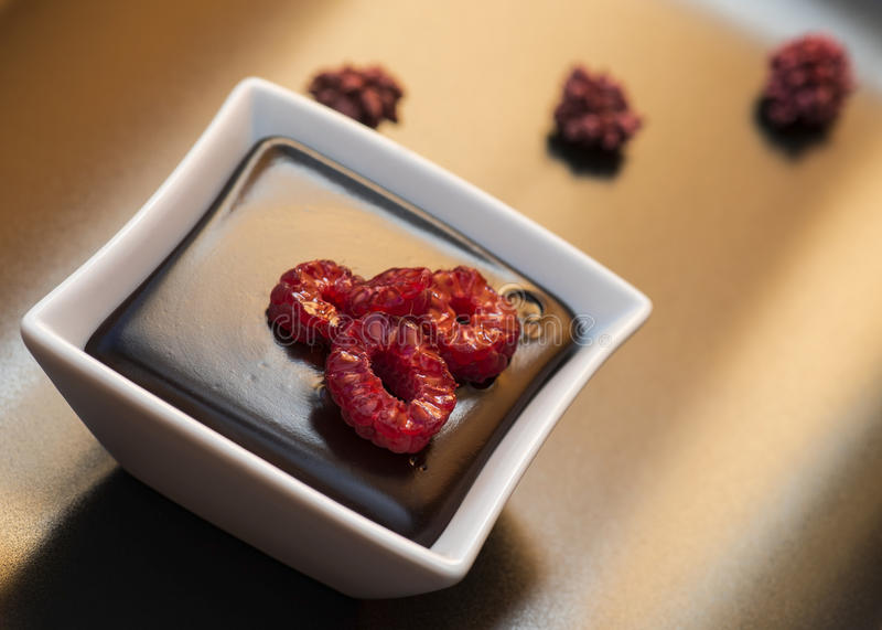 Mörk pudding för choklad med hallon arkivfoton