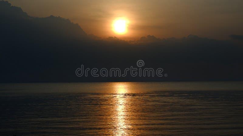 Mörk solnedgång för solnedgång med svarta moln arkivfoton