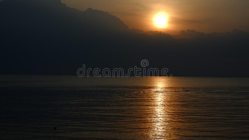 Mörk solnedgång med svarta moln royaltyfria foton