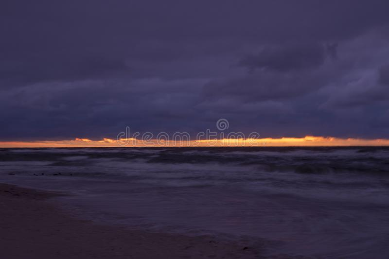 Mörk solnedgång på havet arkivfoto