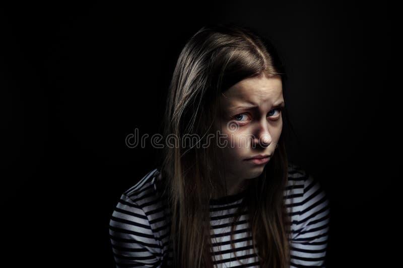 Mörk stående av en deprimerad tonårig flicka royaltyfri bild