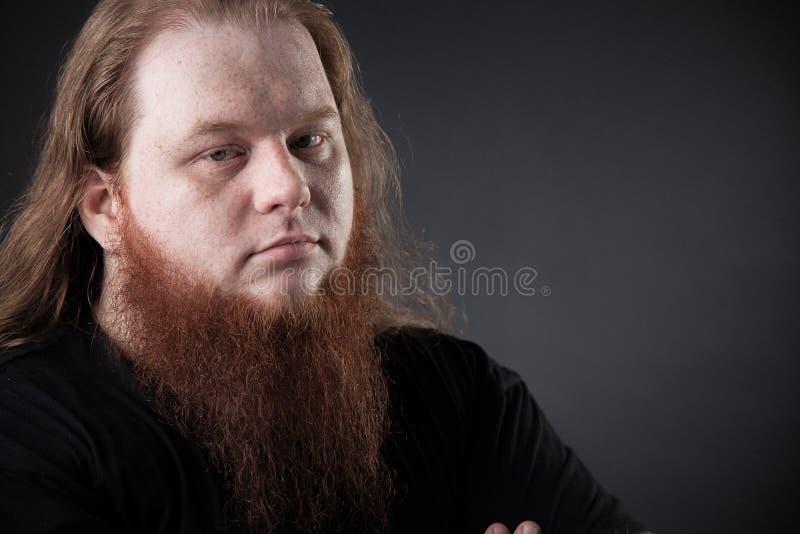 Mörk stående av en respektabel man i studion royaltyfri bild