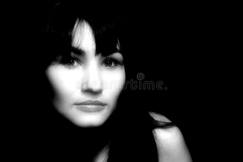 mörk ståendekvinna arkivbilder