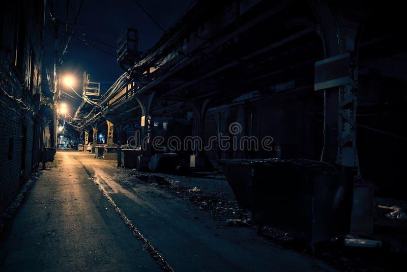 Mörk stadsgränd arkivfoto
