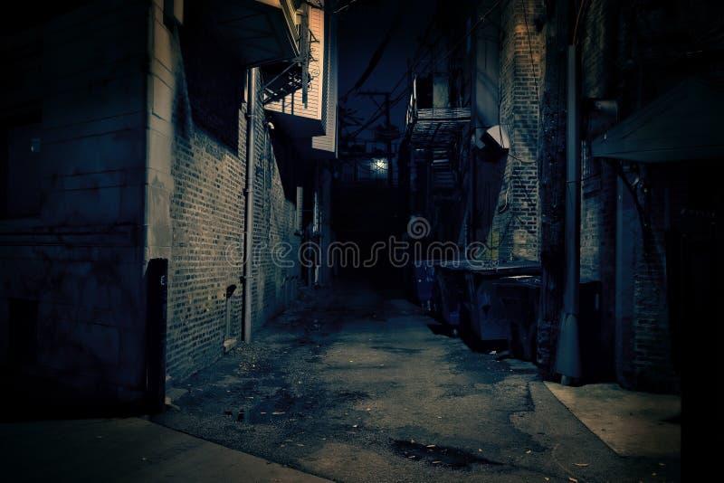 Mörk stadsgränd royaltyfri foto