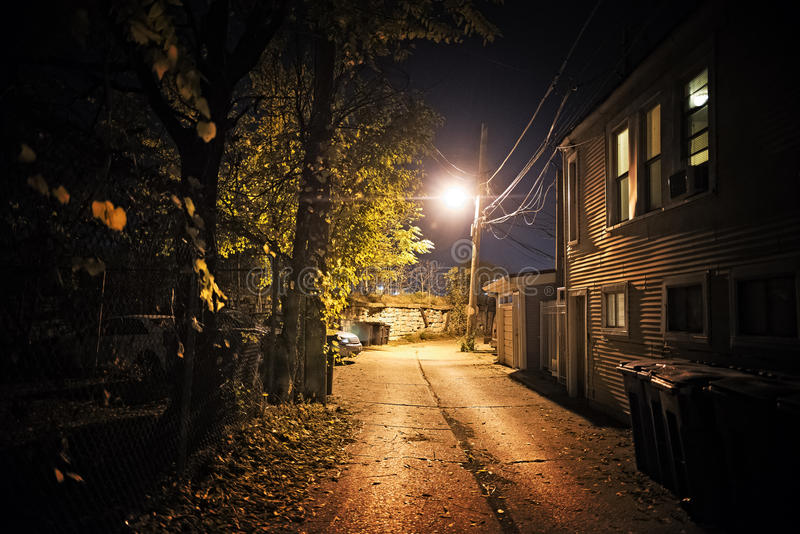 Mörk stadsgränd på natten fotografering för bildbyråer