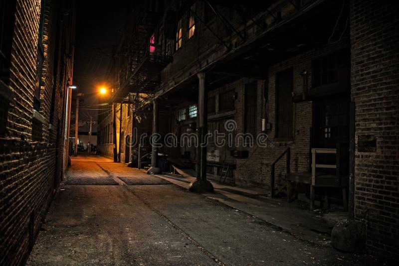 Mörk stadsgränd på natten royaltyfri foto