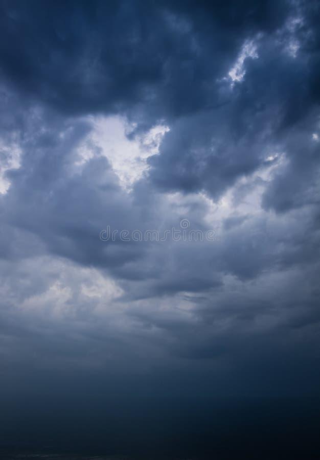 Mörk stormig himmel över havet royaltyfria bilder