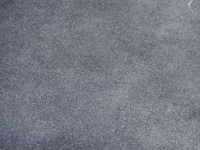 Mörk svart asfaltvägyttersida arkivfoton