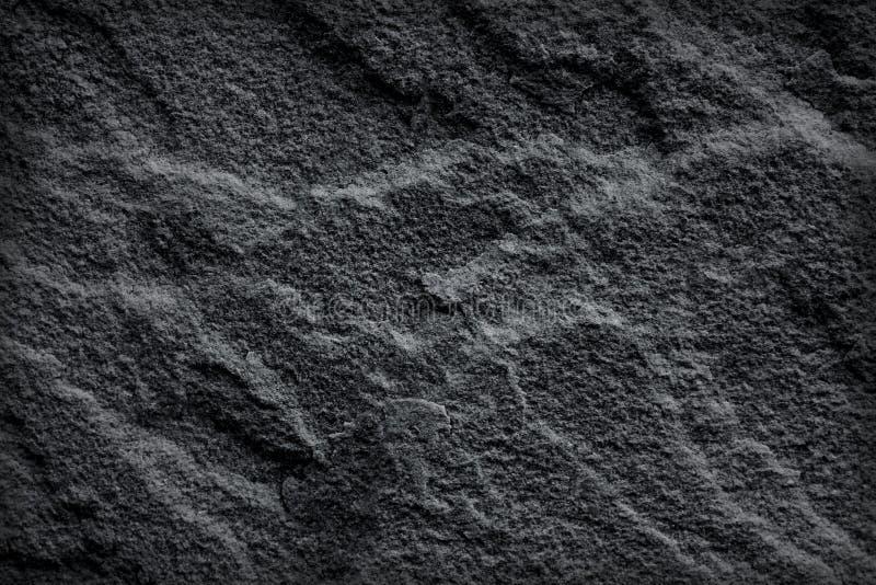 Mörk svart kritiserar textur, eller stenar gamla grå färger för natur abstrakt bakgrund royaltyfri foto