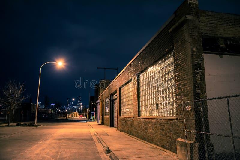Mörk tom och läskig stads- stadsgata på natten royaltyfri bild
