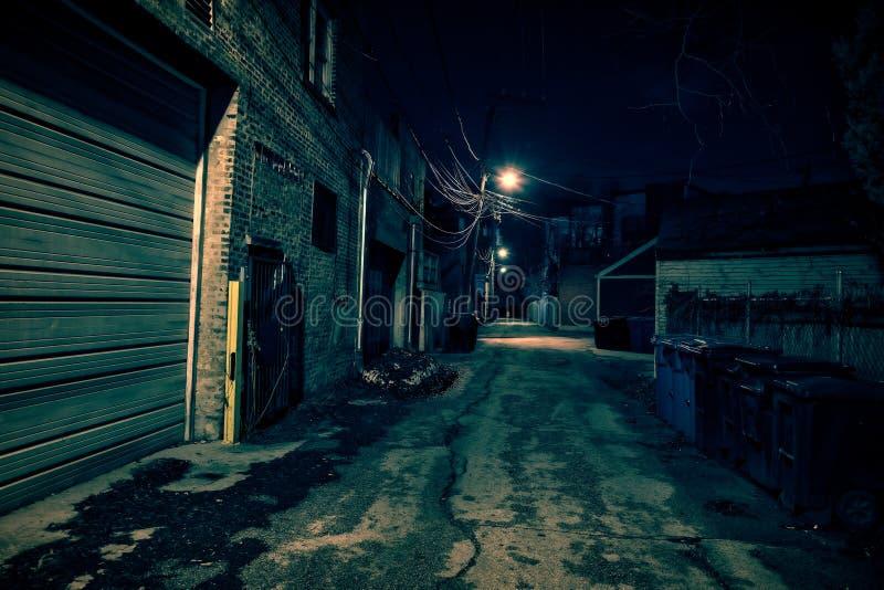 Mörk tom och läskig stads- stadsgatagränd på natten arkivbilder