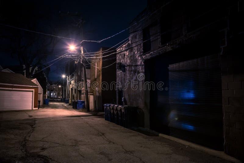 Mörk tom och läskig stads- stadsgatagränd på natten fotografering för bildbyråer