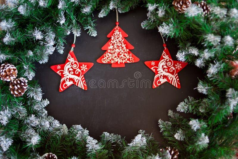 Mörk träbakgrund för jul eller för nytt år, Xmas-svartbräde som inramas med säsonggarneringar, utrymme för en text, sikt från öve royaltyfri bild