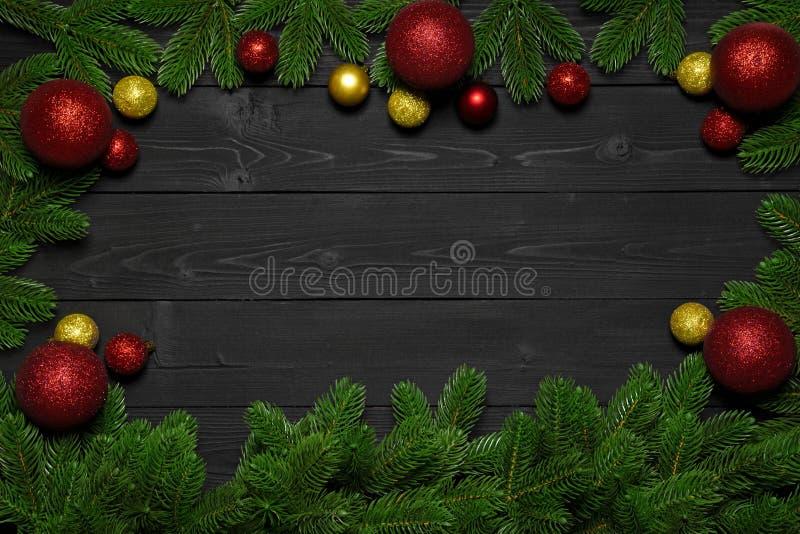 Mörk träbakgrund för jul eller för nytt år Xmas-svartbräde som inramas med säsonggarneringar, utrymme för en text, sikt från över royaltyfri bild