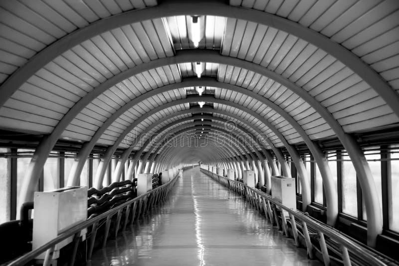 Mörk tunnel med att intressera strukturer royaltyfri bild