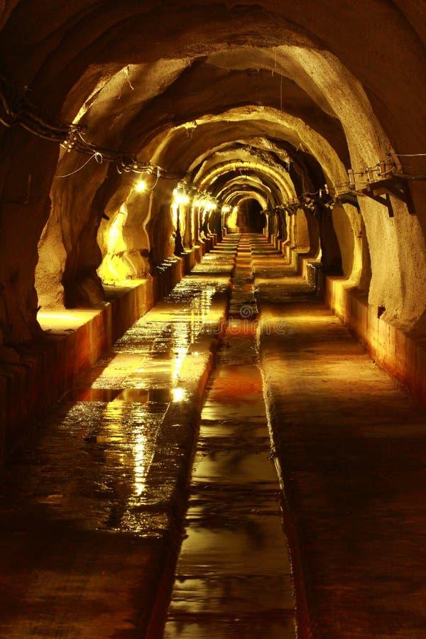 Mörk tunnel med lampa royaltyfri fotografi