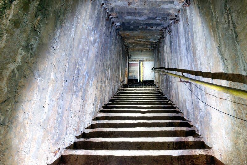 Mörk underjordisk trappuppgång royaltyfri bild