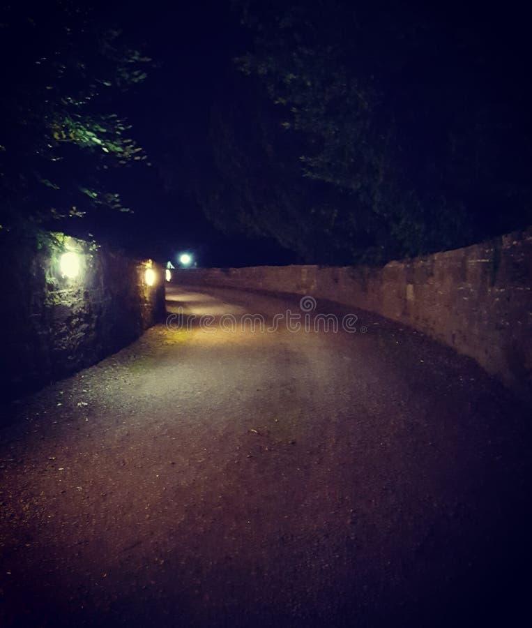 mörk väg fotografering för bildbyråer