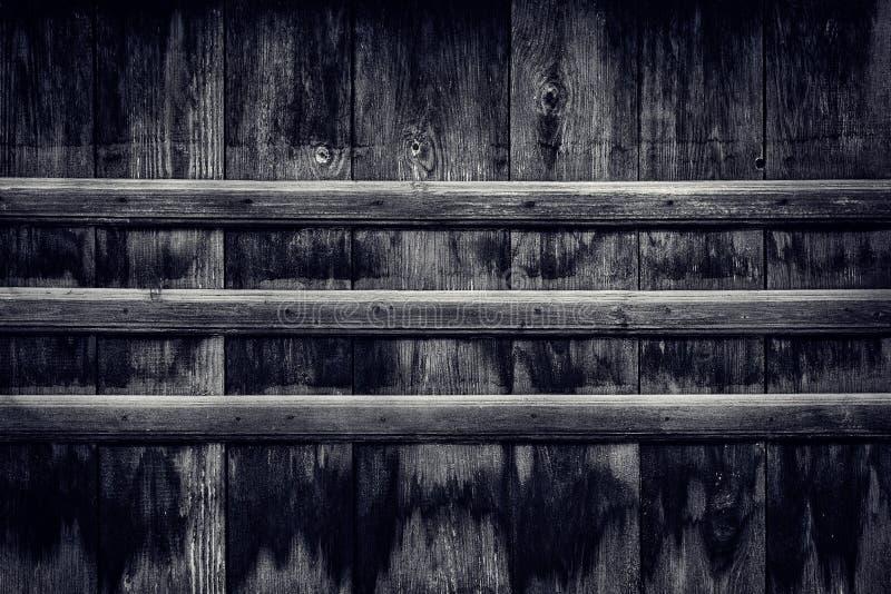 Mörk wood bakgrund av gamla red ut svärtade träbräden fotografering för bildbyråer