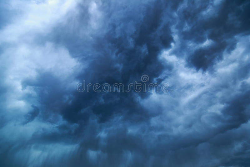 Mörka dramatiska stormmoln arkivbilder