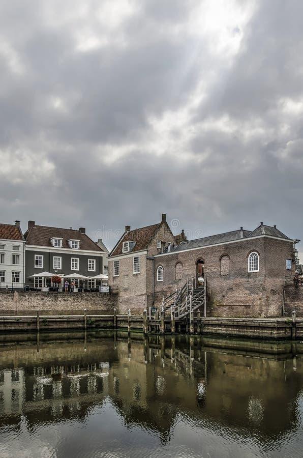 Mörka himlar över den Heusden hamnen royaltyfri foto