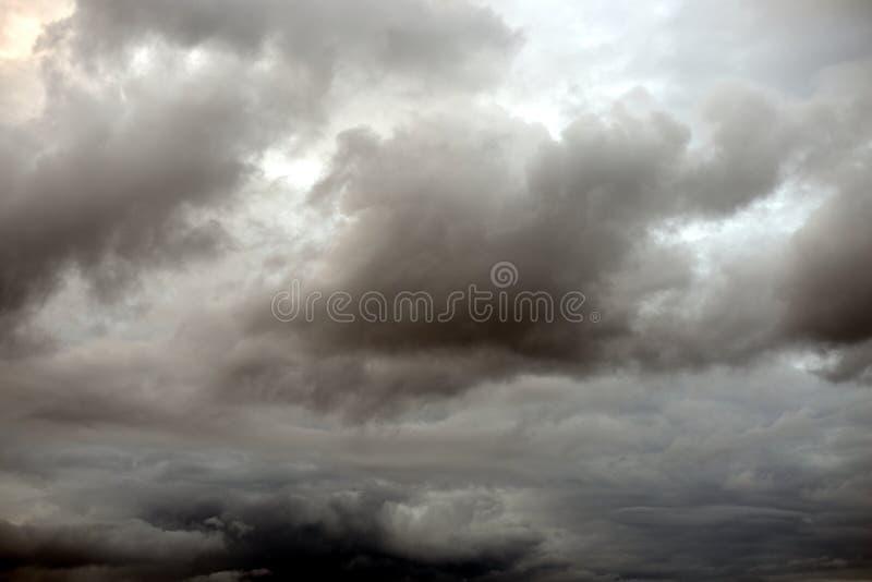 Mörka illavarslande gråa stormoklarheter royaltyfria foton