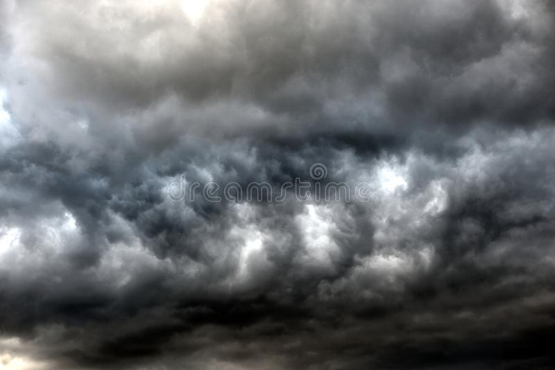 Mörka illavarslande gråa stormoklarheter royaltyfria bilder