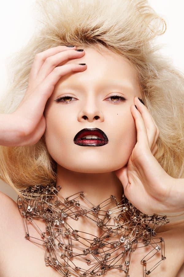 mörka modehalloween kanter som ser modellen royaltyfri fotografi