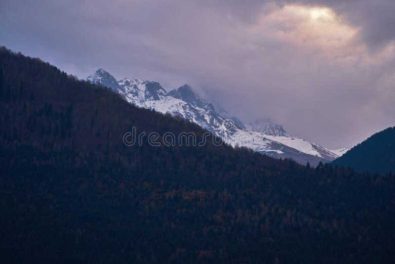 Mörka moln och Kaukasus berg arkivfoton