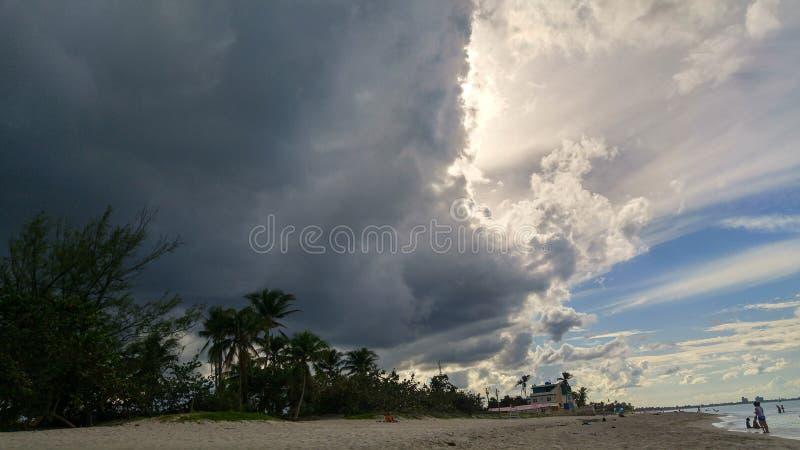 Mörka moln på karibisk himmel royaltyfri fotografi