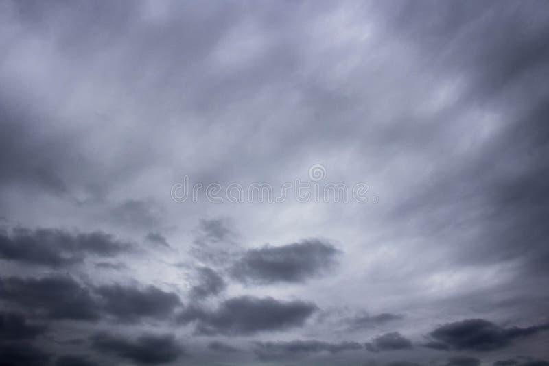 Mörka moln som in rullar royaltyfria foton
