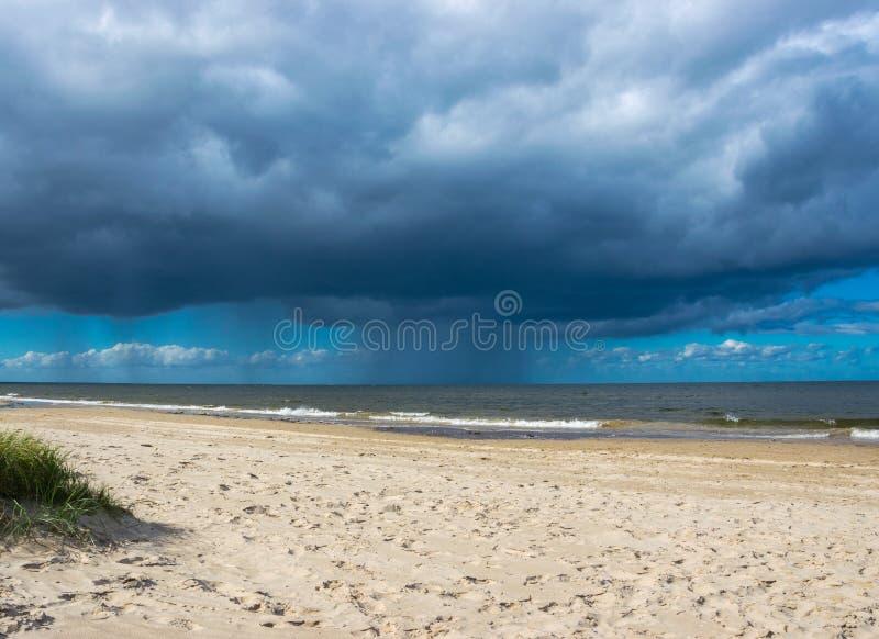 Mörka regnmoln ovanför det baltiska havet regna royaltyfri fotografi