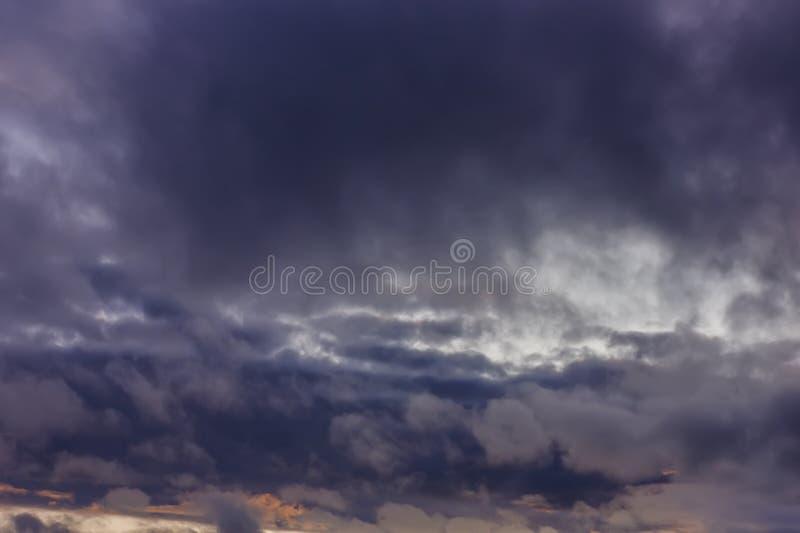 Mörka regnmoln under solnedgång Dramatisk sky under solnedg?ng Mörka stormmoln med svartvita viktig royaltyfri fotografi