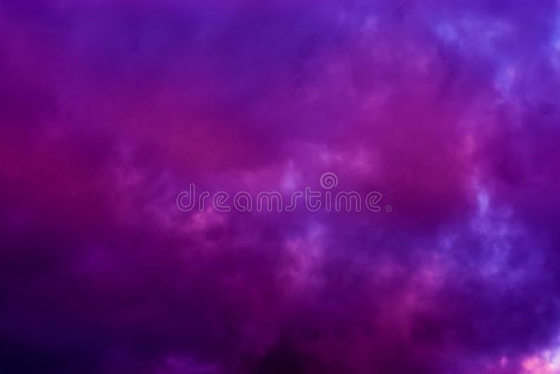 Mörka rosa och purpurfärgade moln i himlen, polara stratospheric moln fotografering för bildbyråer