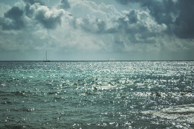 Mörka stormiga moln och tänt hav royaltyfri foto