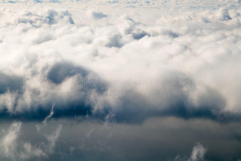 Mörka stormiga regnmoln i himlen Dramatisk bakgrund för regnmoln utan land, dåligt väder arkivfoto