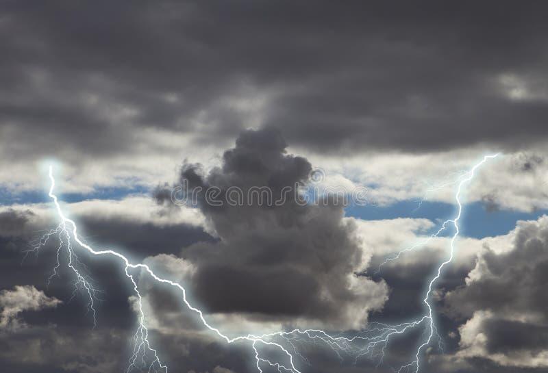 Mörka stormmoln med blixt royaltyfria foton