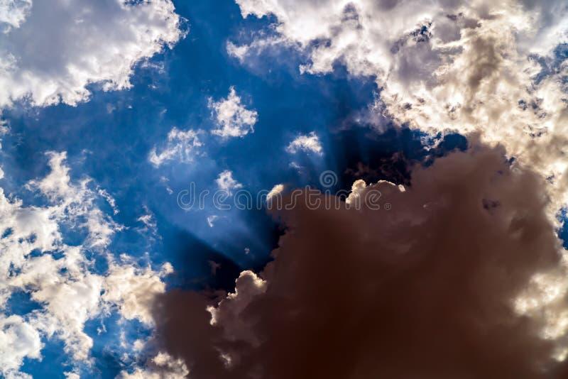 Mörka stormmoln på en ljus blå himmel royaltyfri fotografi
