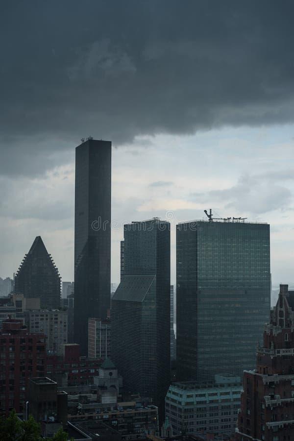 Mörka stormmoln som samlas över trumfvärlden, står högt under en storm arkivbilder