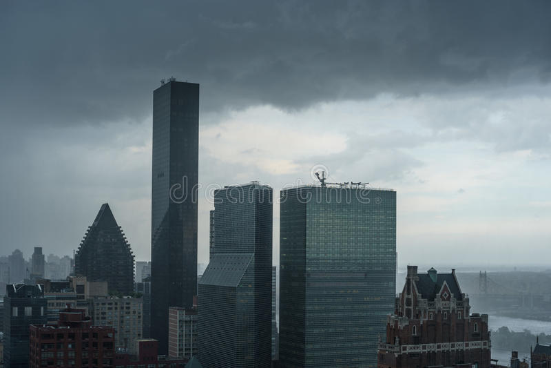 Mörka stormmoln som samlas över trumfvärlden, står högt under en storm royaltyfria foton